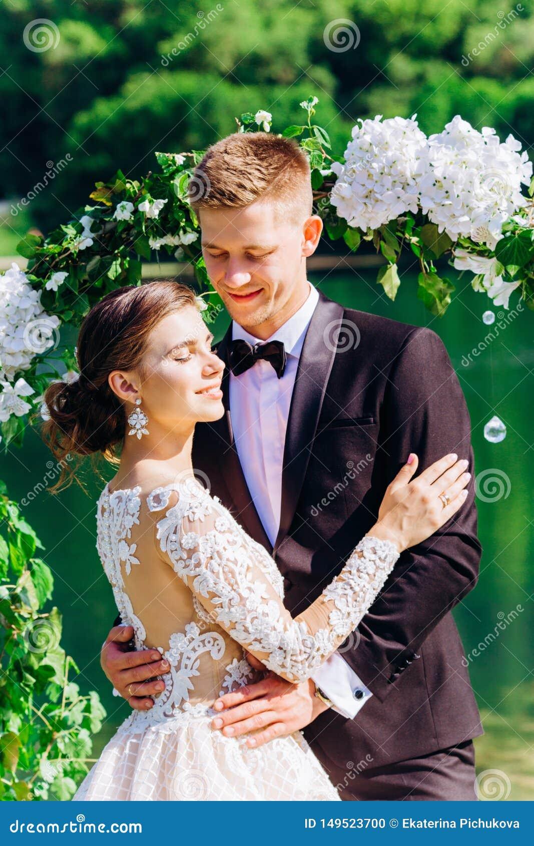 Bruid en bruidegom in huwelijkskleren