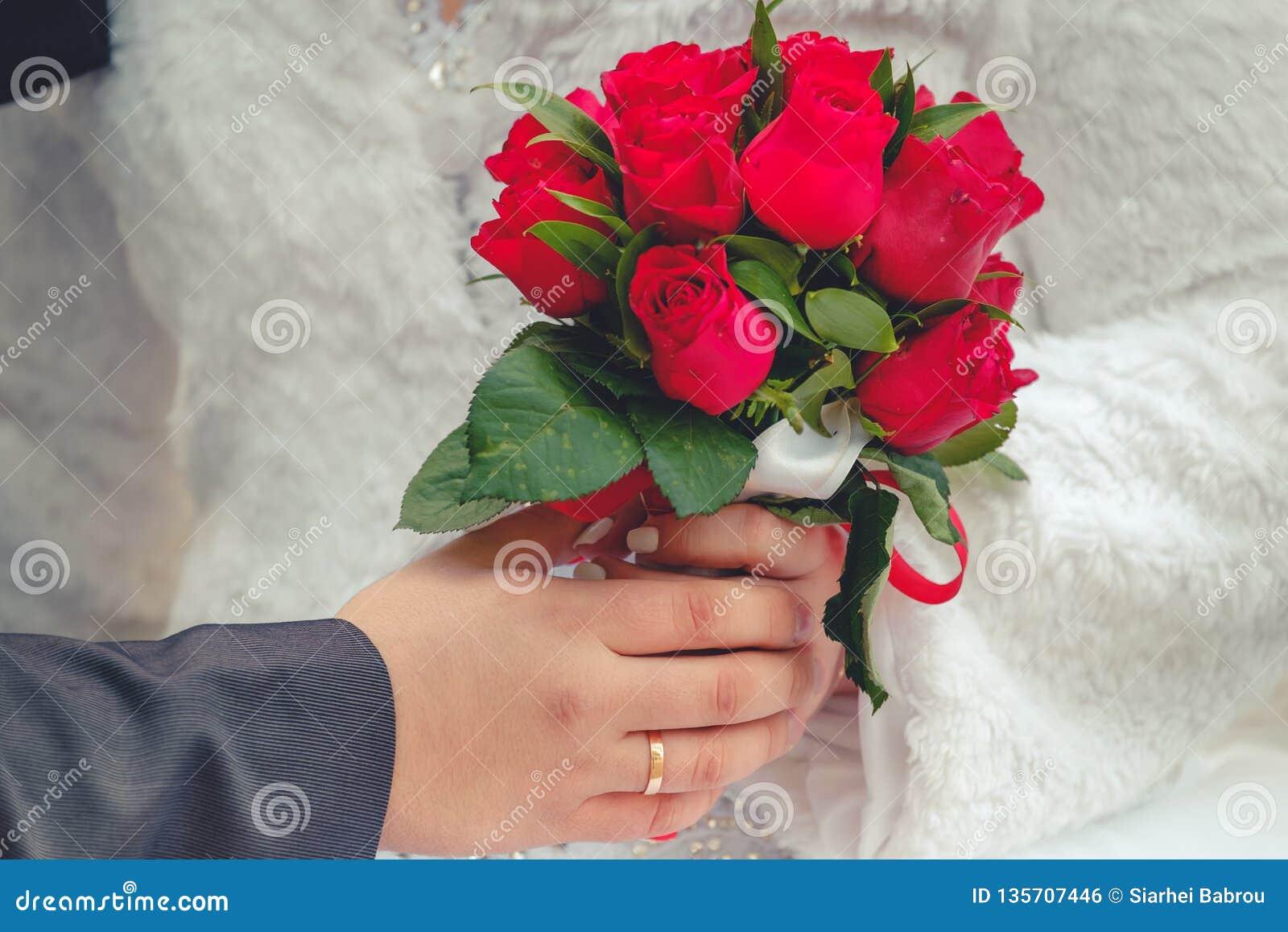 Bruid en bruidegom met huwelijksboeket
