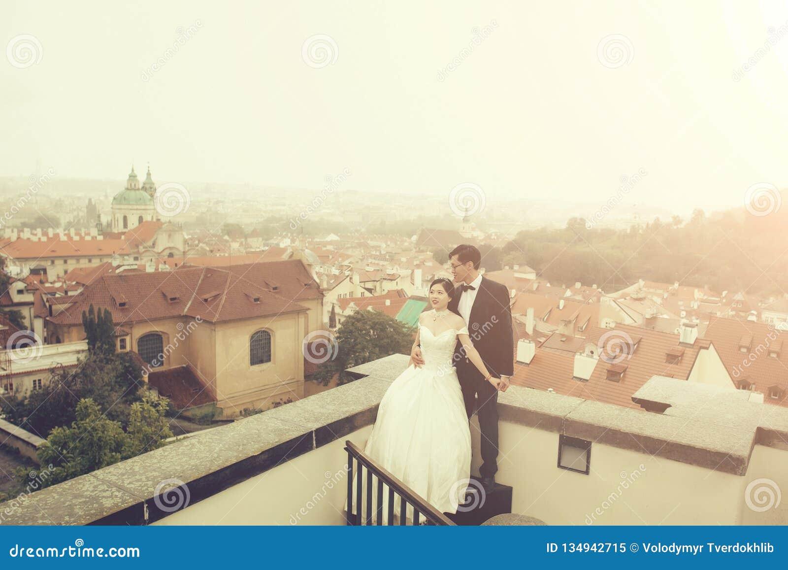Bruid en bruidegom op dak