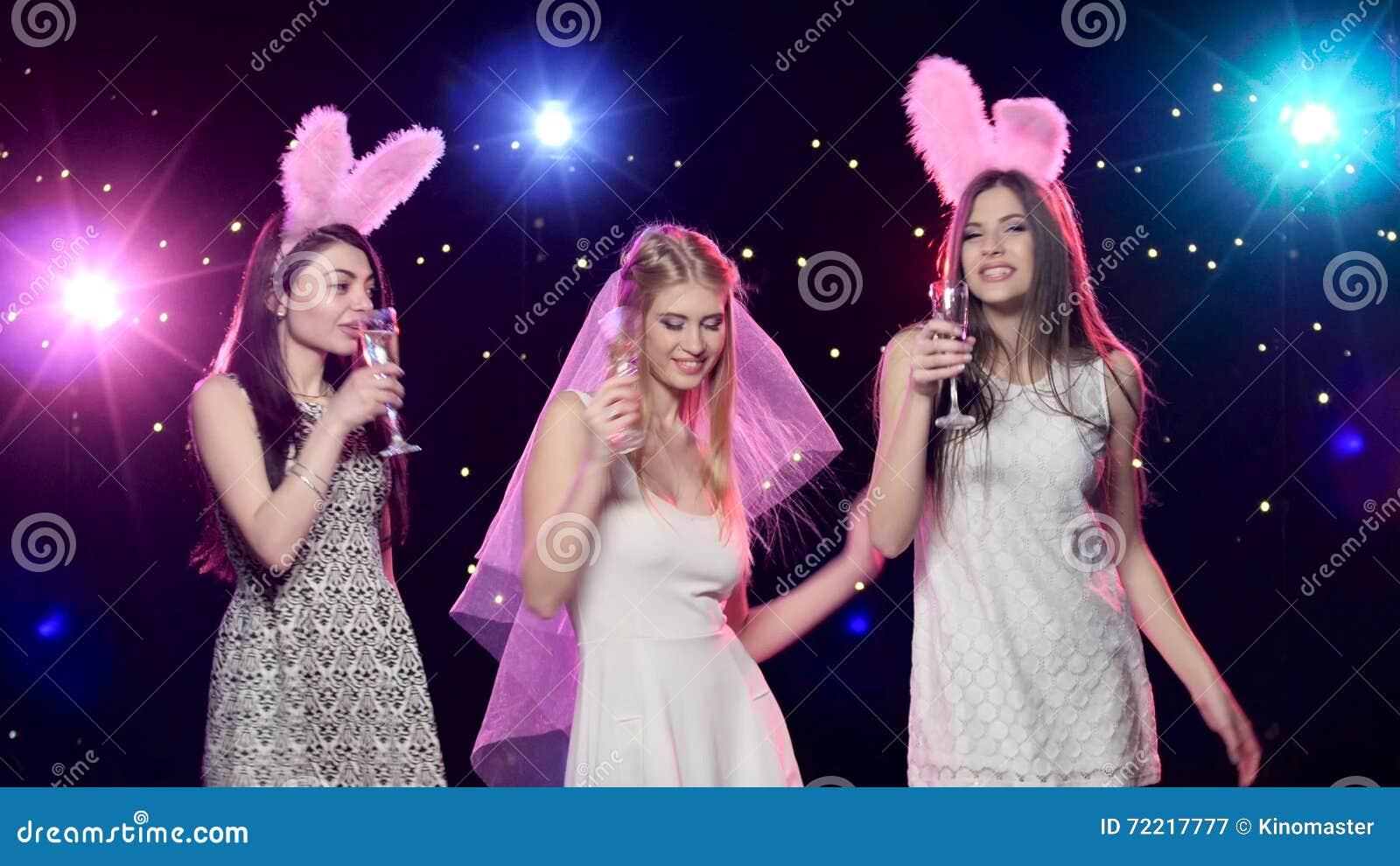 Hervorragend Bruid, Meisjes Die, Het Drinken Champagne Blazende Kussen Bij  Vrijgezellinpartij Dansen Stock Video   Video Bestaande Uit Schitter,  Kussen: 72217777