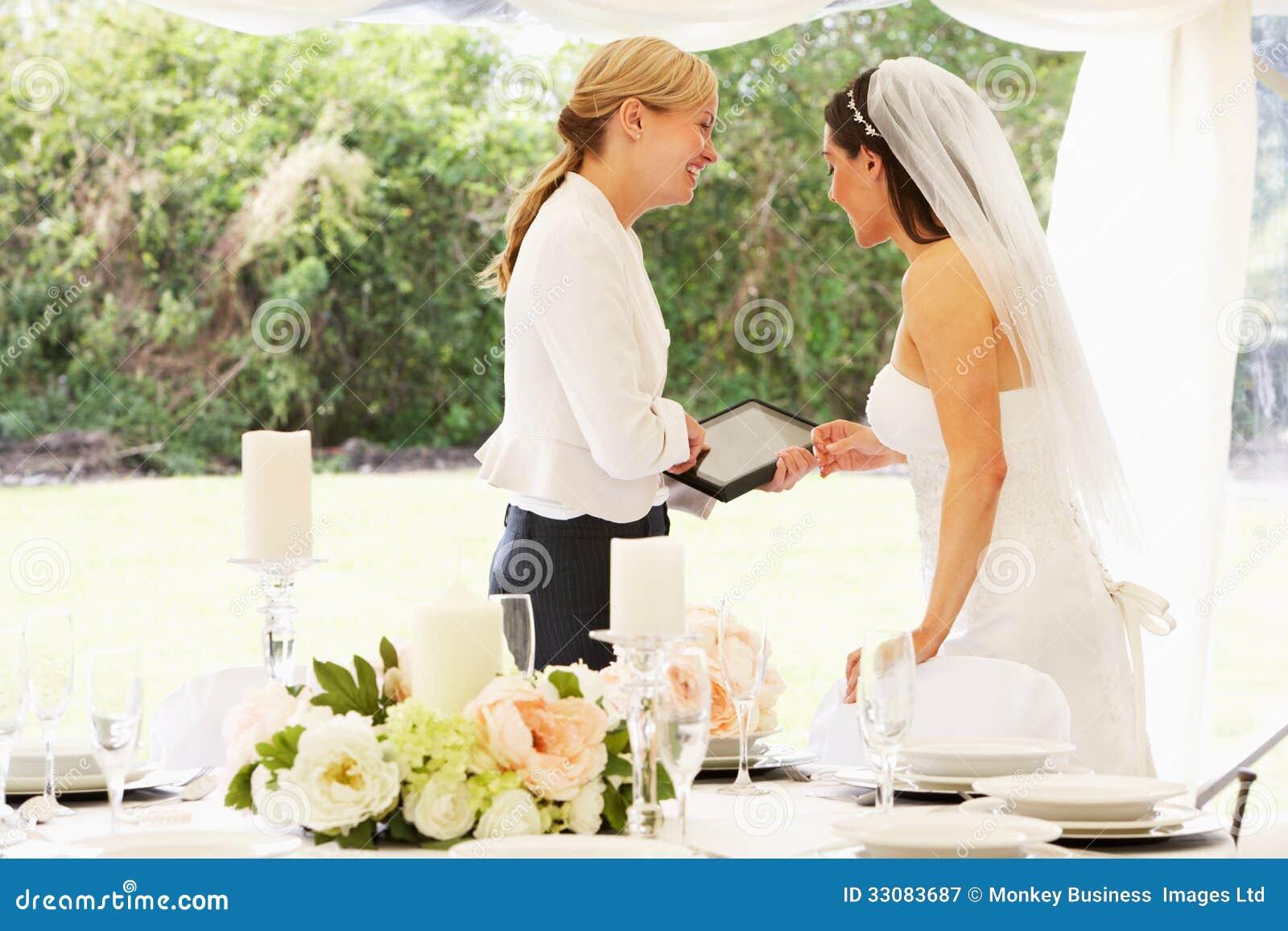 Bruid met Huwelijksontwerper In Marquee