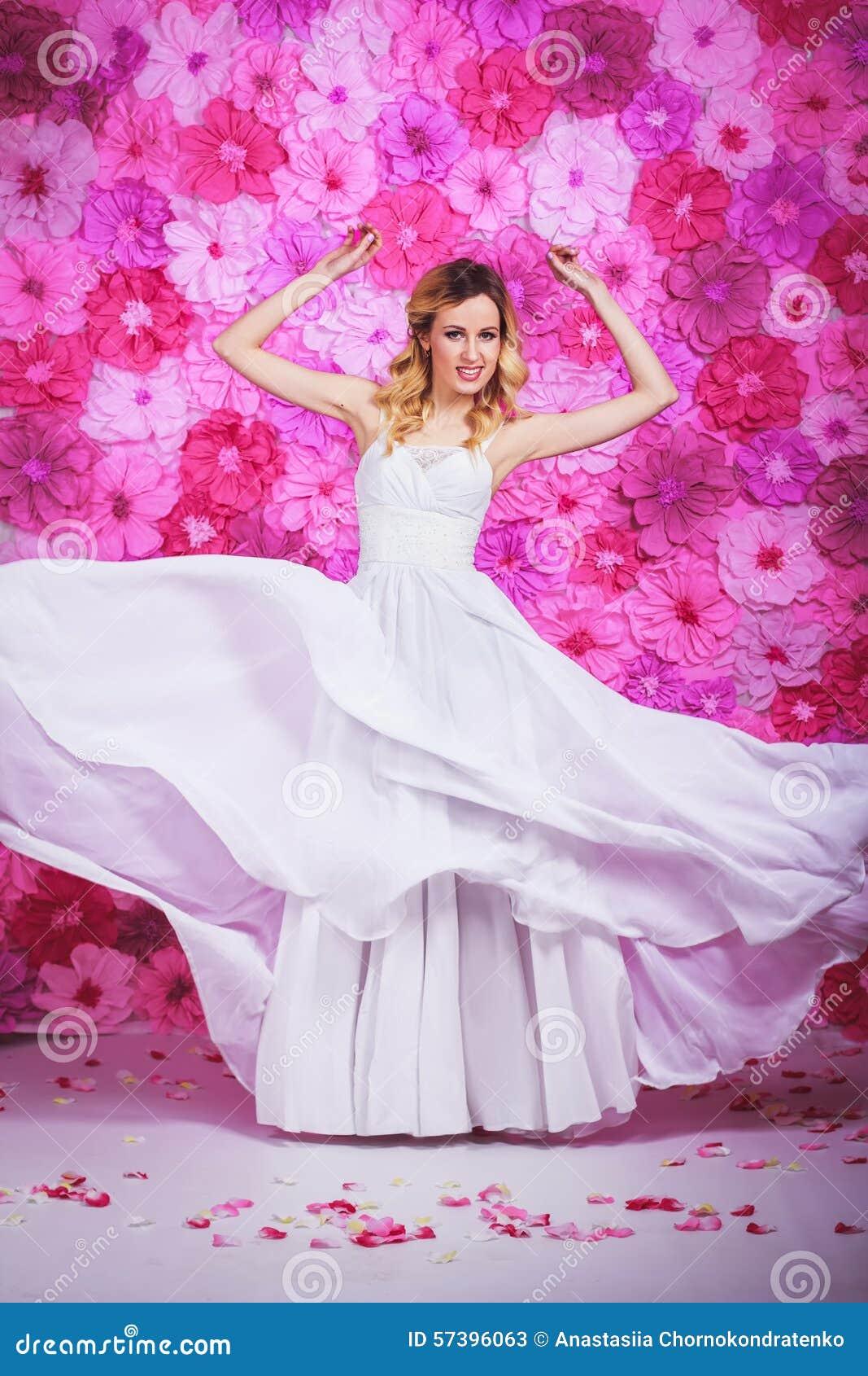 Bruid op de roze bloemenachtergrond