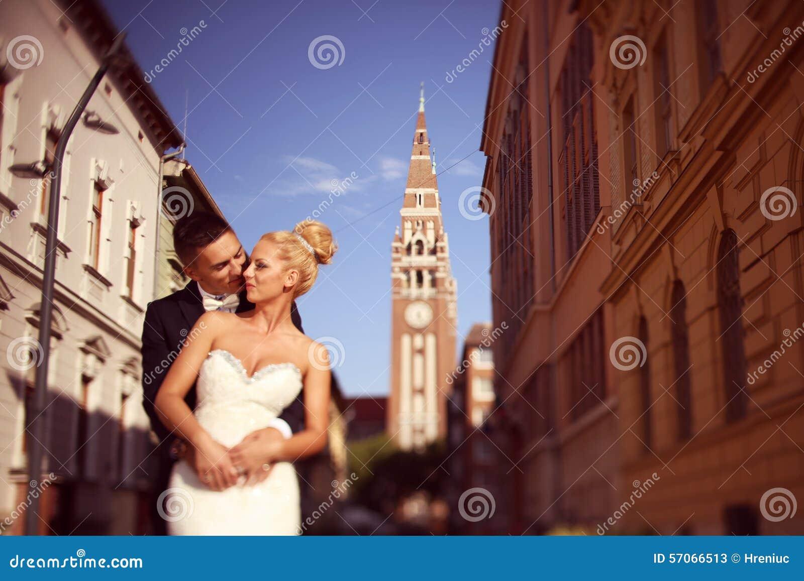 Bruidegom en bruid in de stad