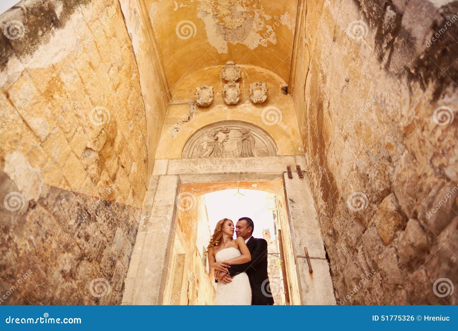 Bruidegom en bruid op treden in een gang stock foto afbeelding 51775326 - Een gang ...