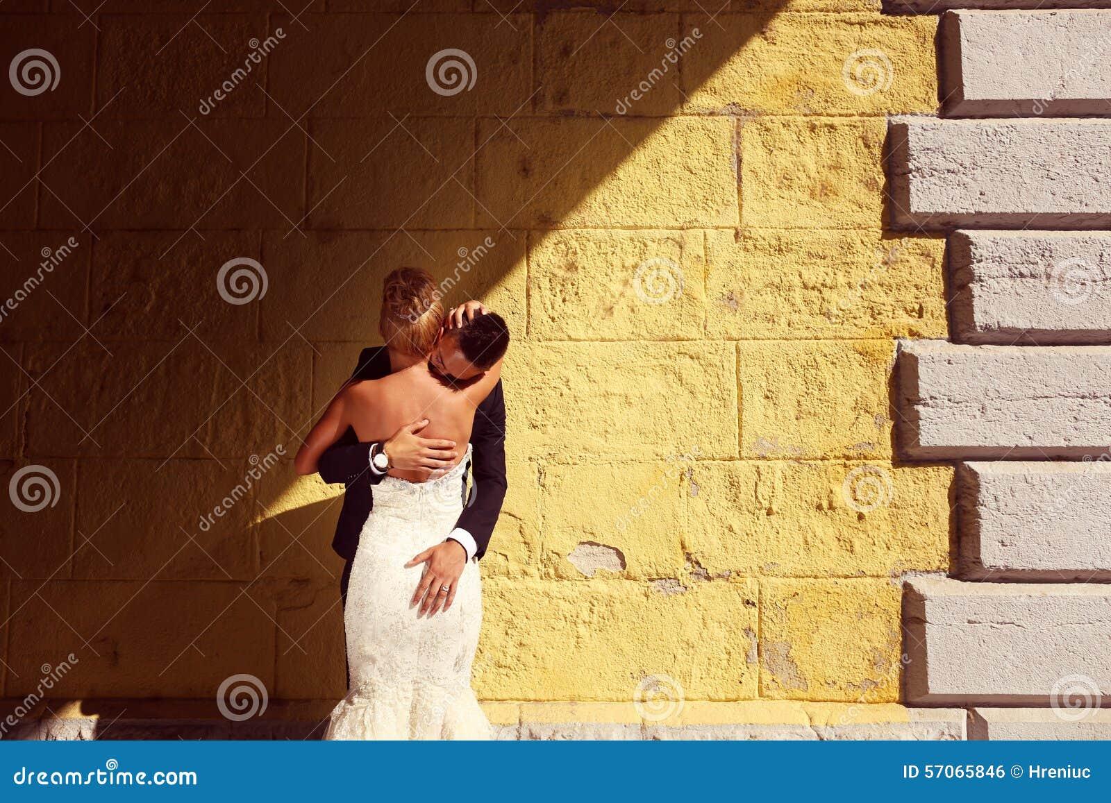 Bruidegom en bruid in openlucht op hun huwelijksdag