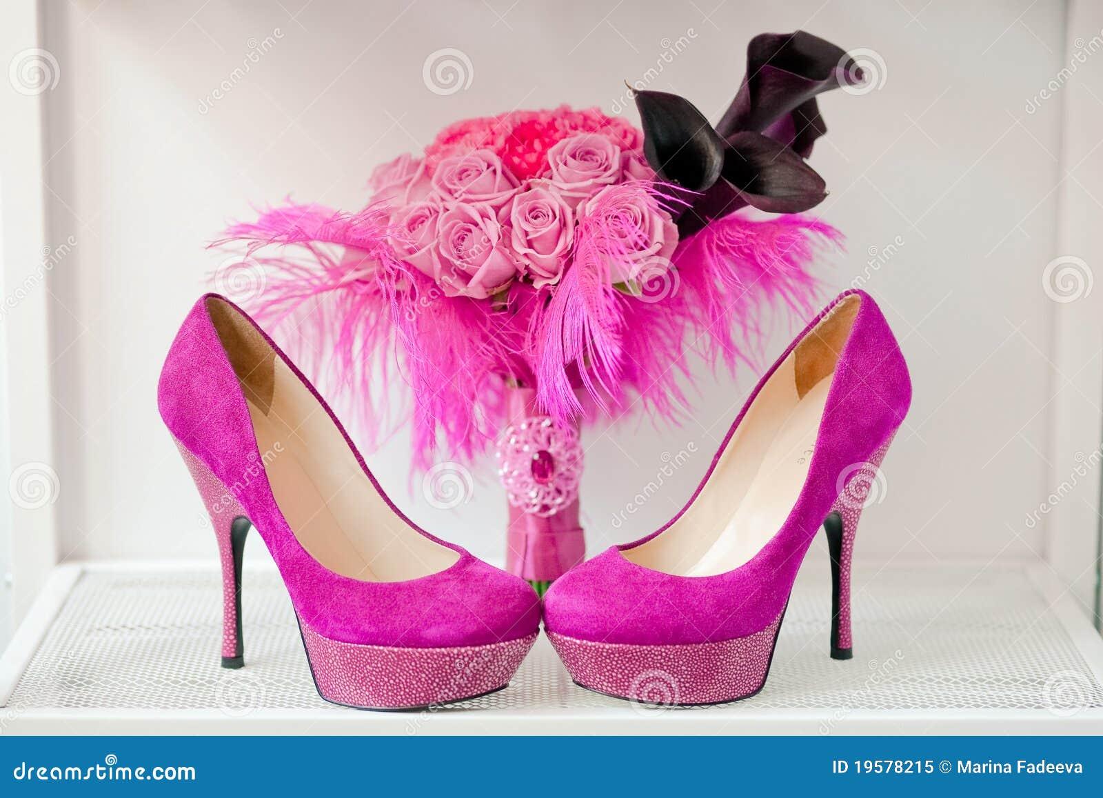 Bruids boeket van rozen en roze schoenen
