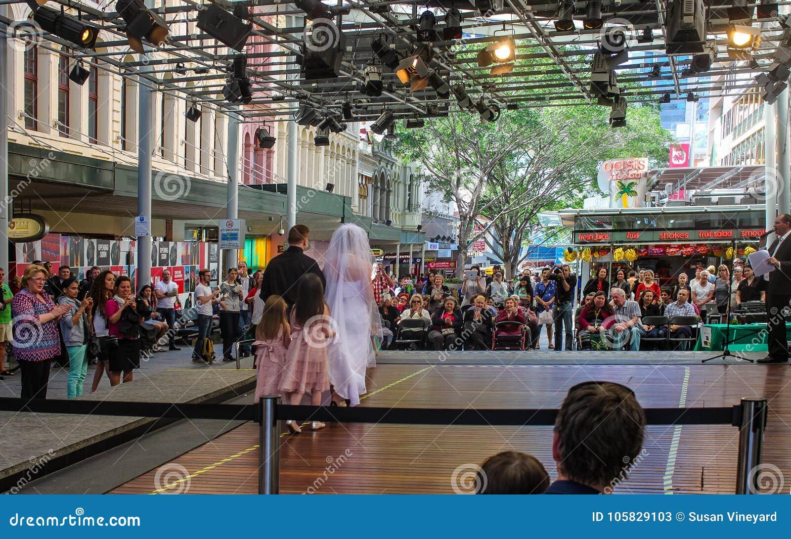 Bruids toon bij Koningin Street Mall in Brisbane Australië met publiek, fotograaf en ceremoniemeestercirca September 2015