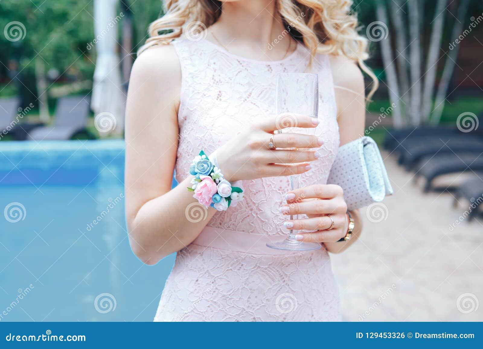 Bruidsmeisje met een glas champagne Alcoholische dranken bij de ontvangst na huwelijksceremonie