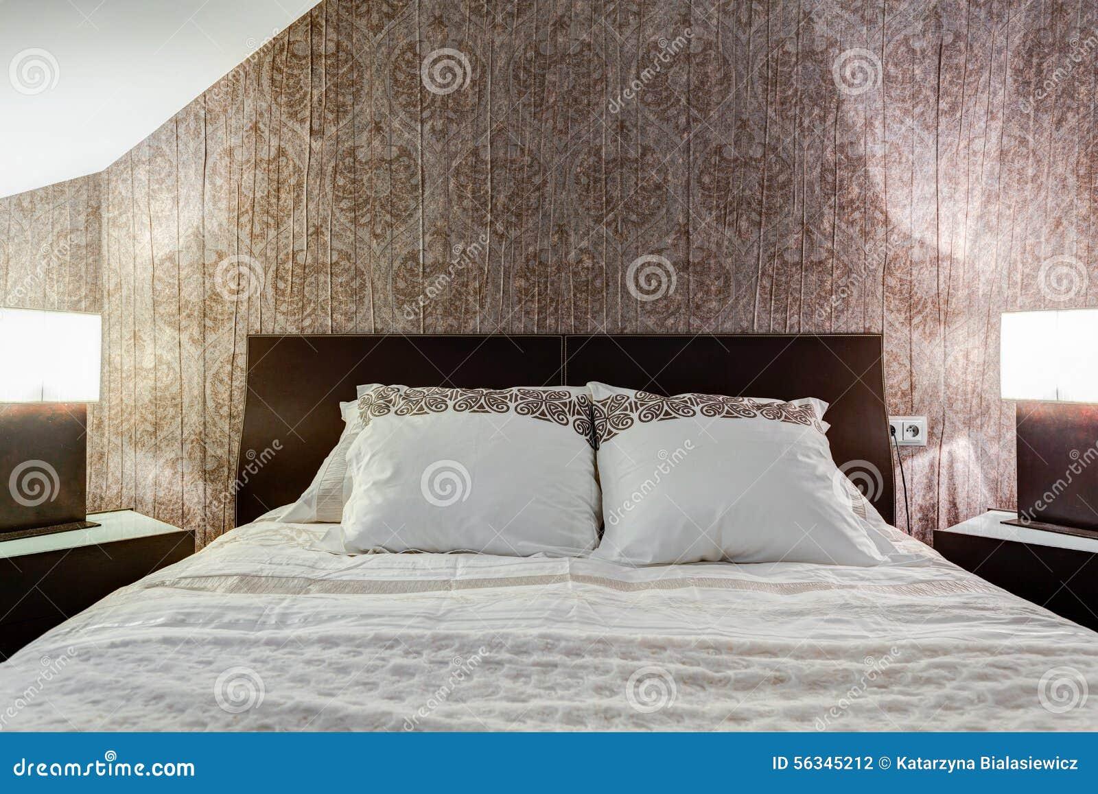 Design Behang Slaapkamer : Bruin behang in elegante slaapkamer stock foto afbeelding