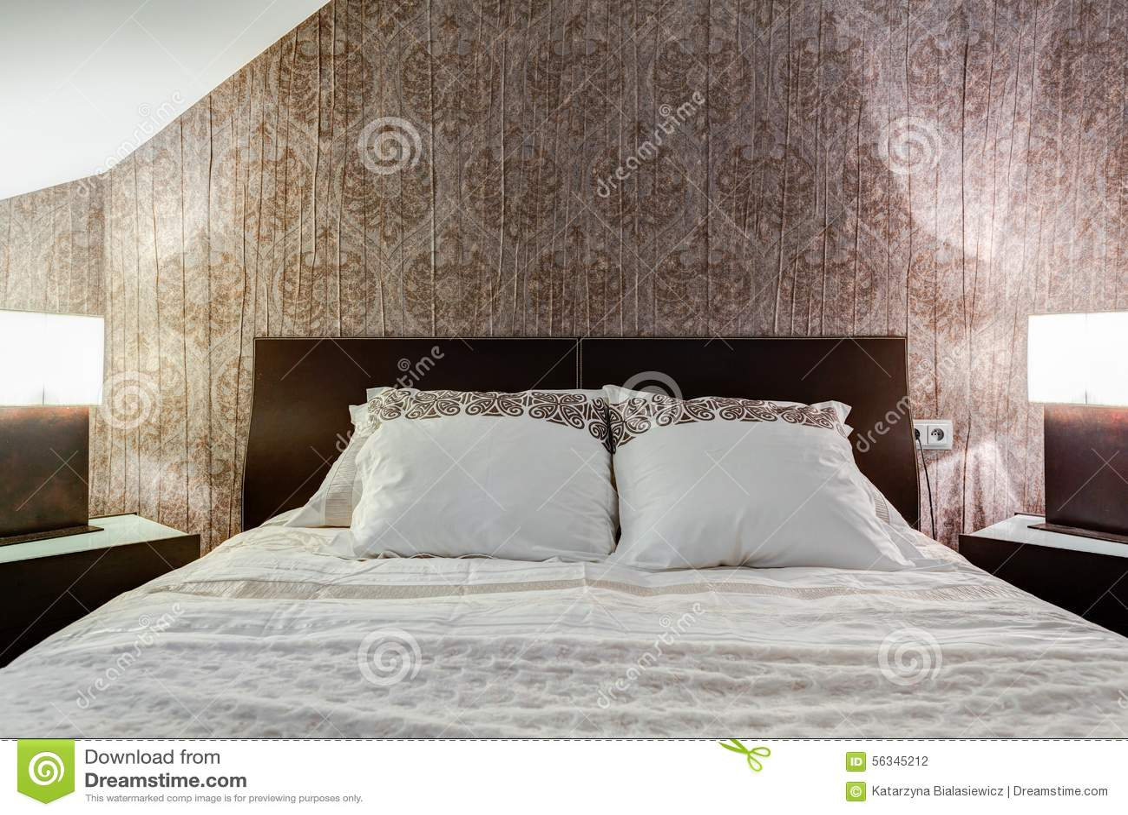Modern Slaapkamer Behang : Bruin behang in elegante slaapkamer stock foto afbeelding