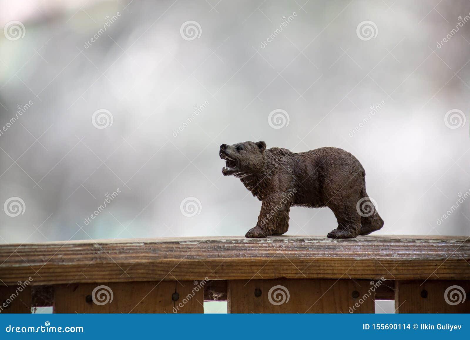 Bruin draag lopend in bos Mini dragen cijfer (of stuk speelgoed beer) bij het park