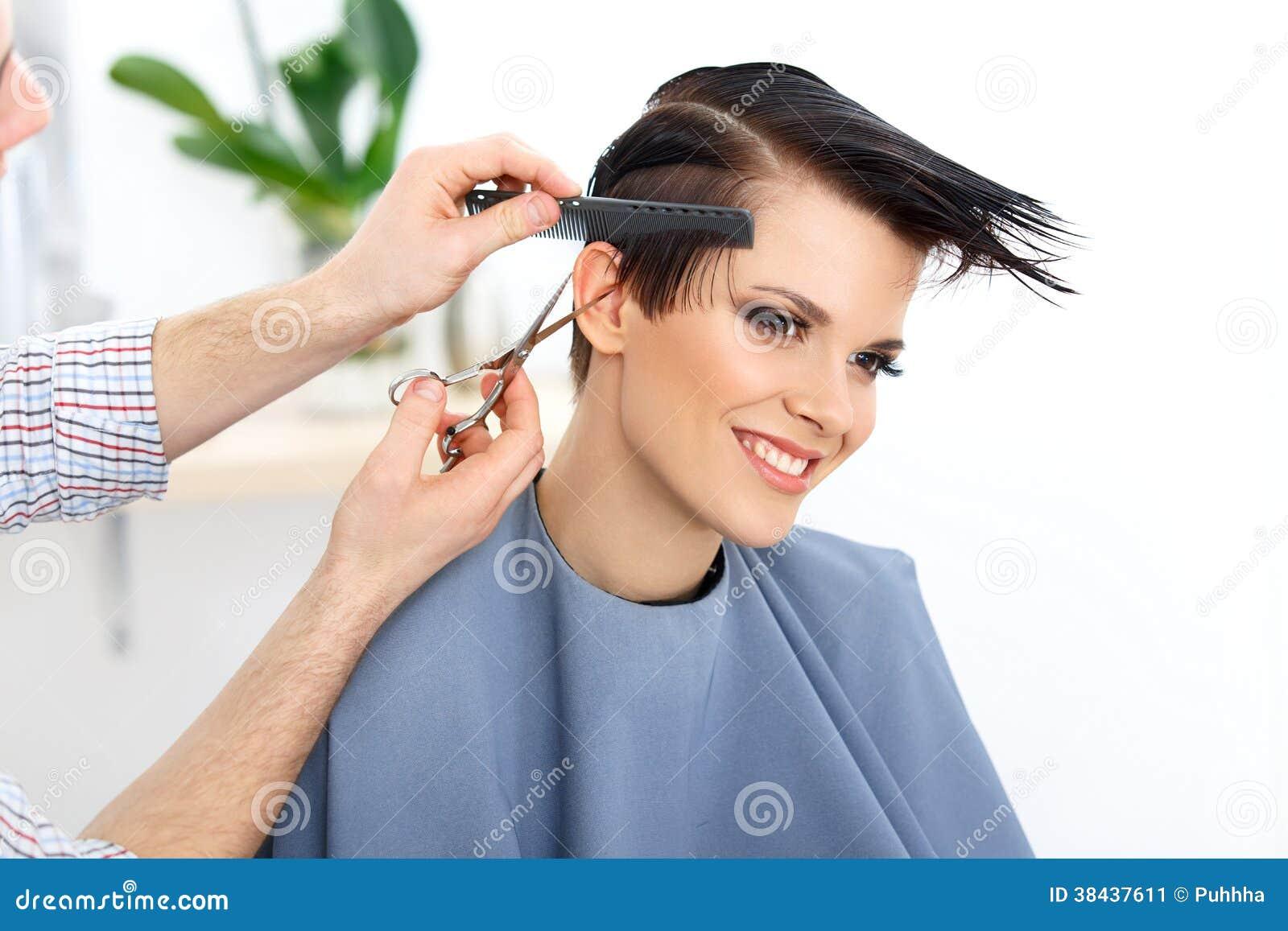Bruin Haar. Het Haar van kappercutting woman in Schoonheidssalon. Ha
