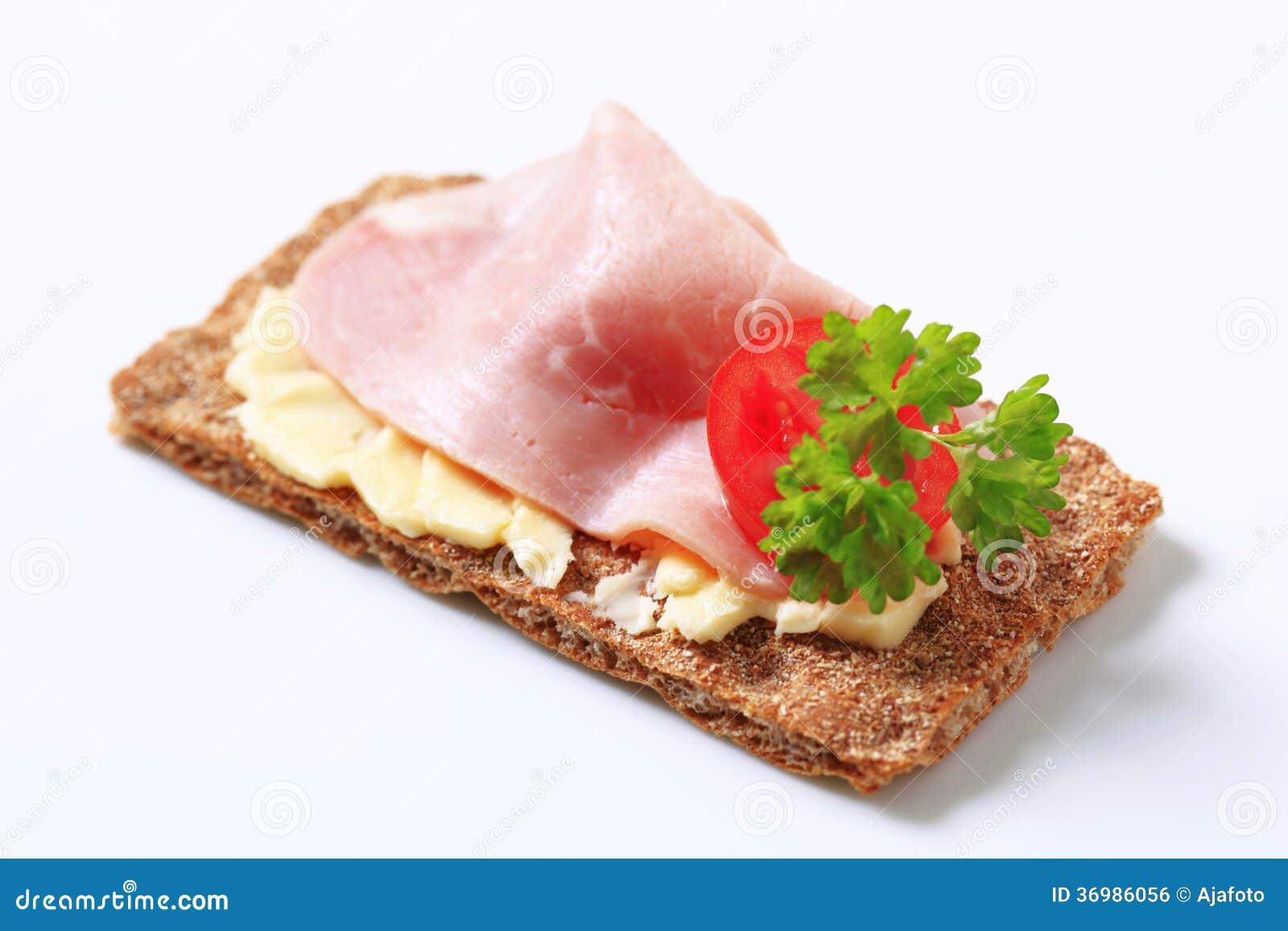 Bruin kernachtig brood met ham