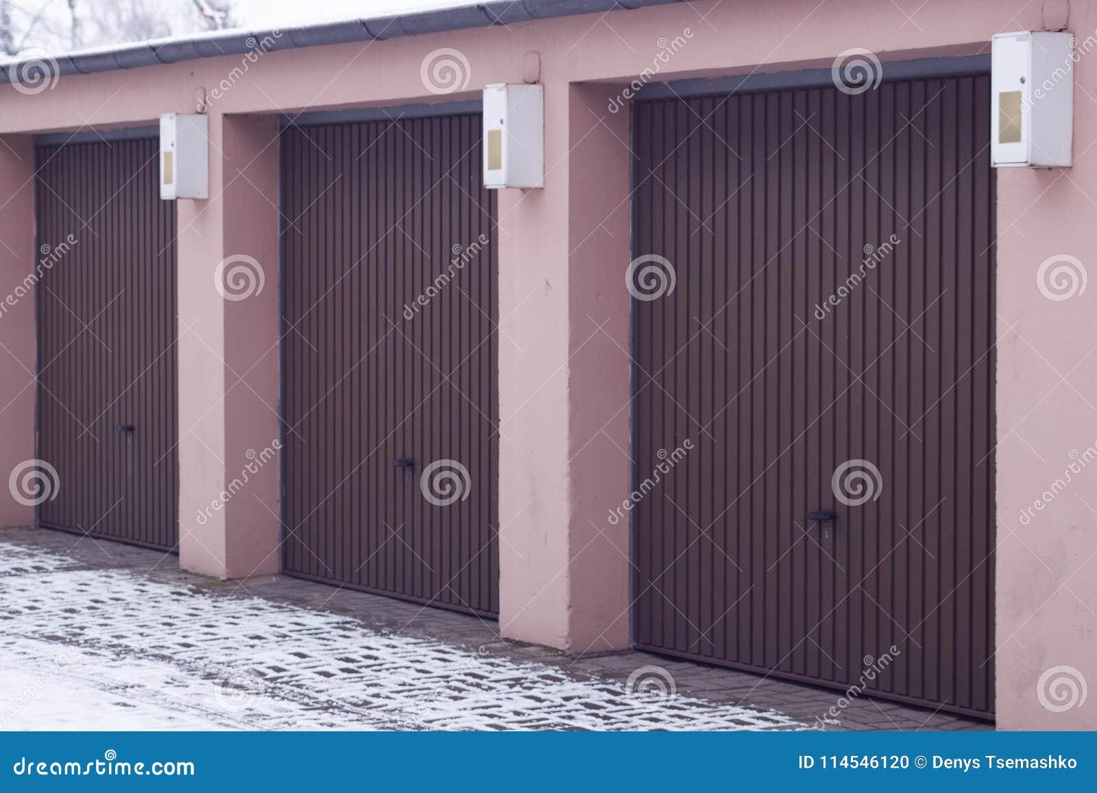 Bruine automatische garage voor auto s voor drie plaatsen
