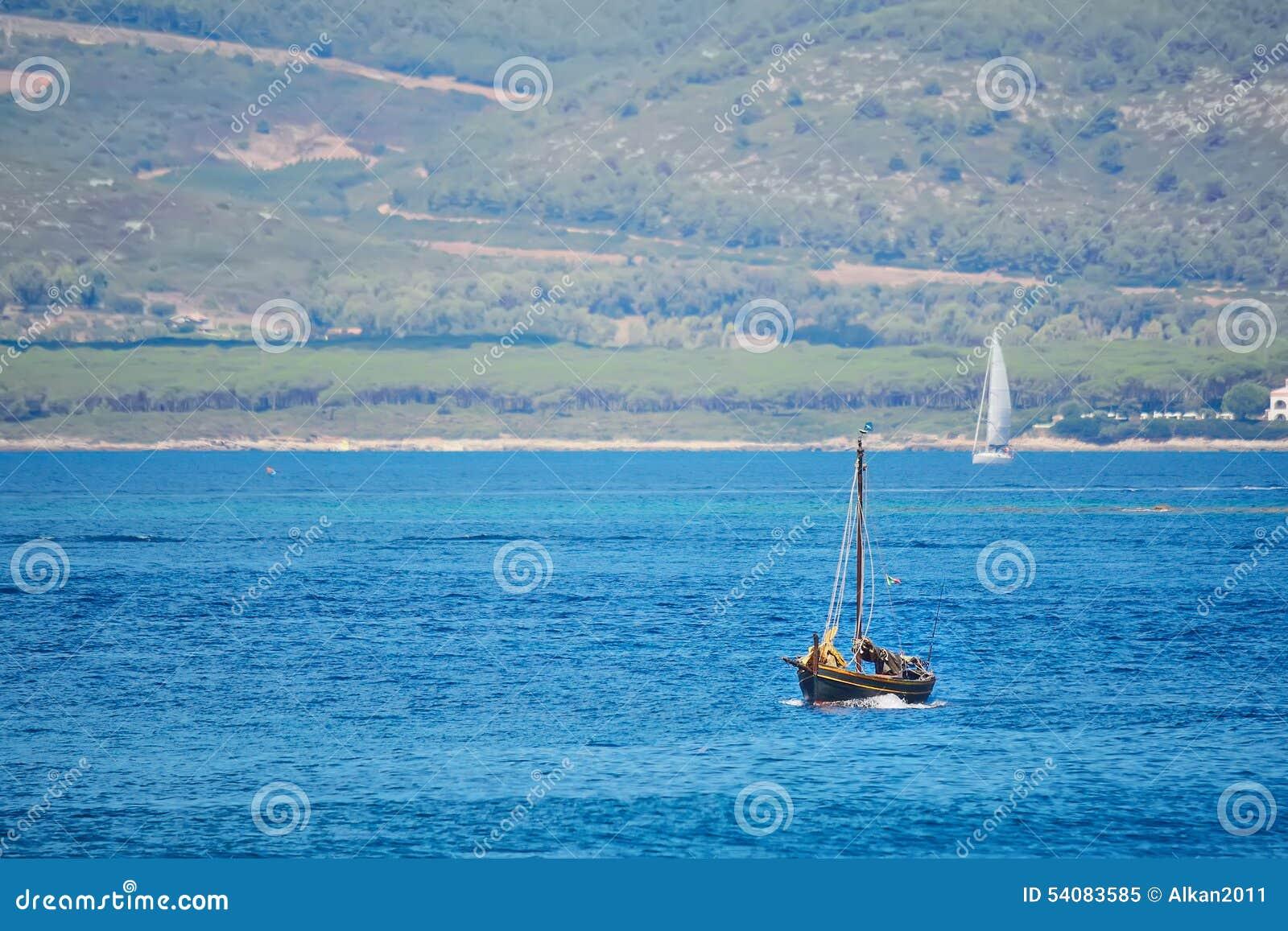 Bruine boot in het blauwe overzees