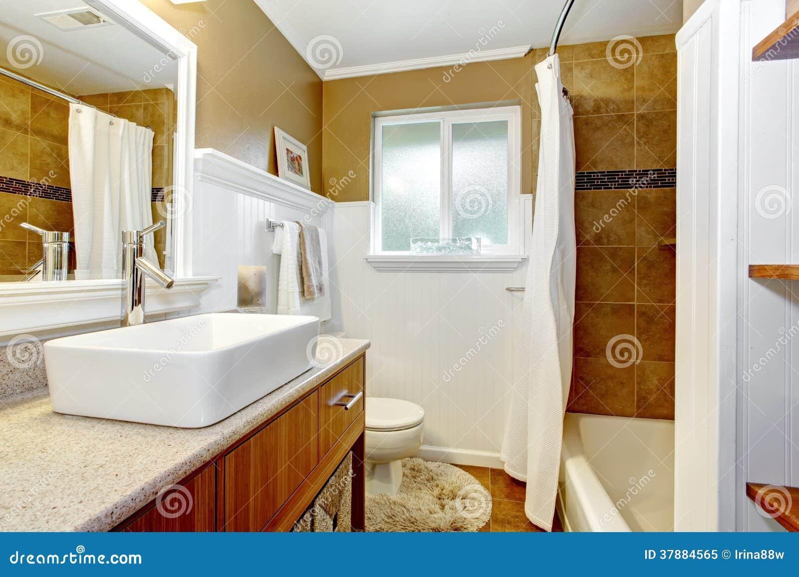 Bruine en witte comfortabele badkamers met venster