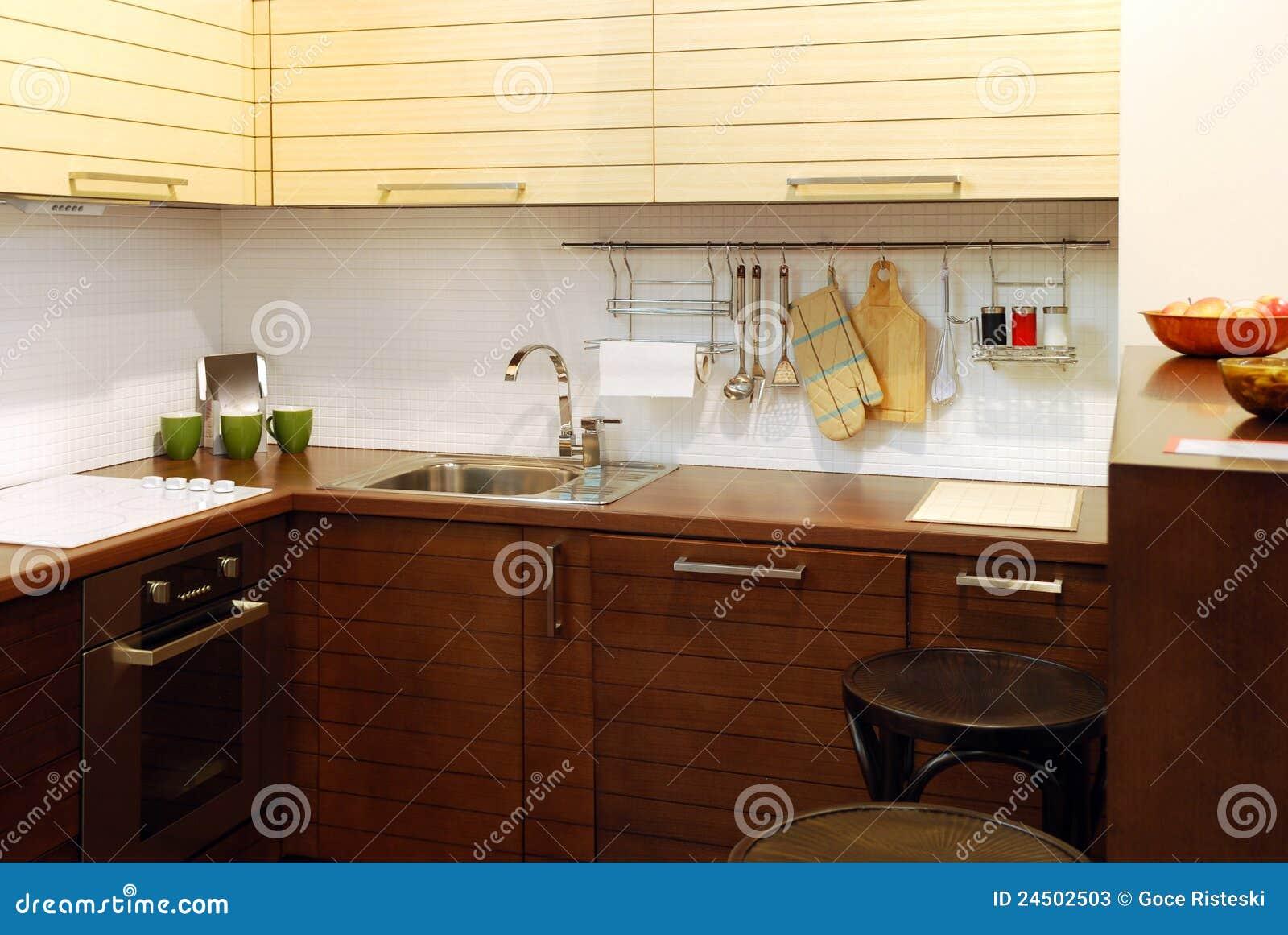 De houten bruine moderne keuken van de luxe royalty vrije stock ...
