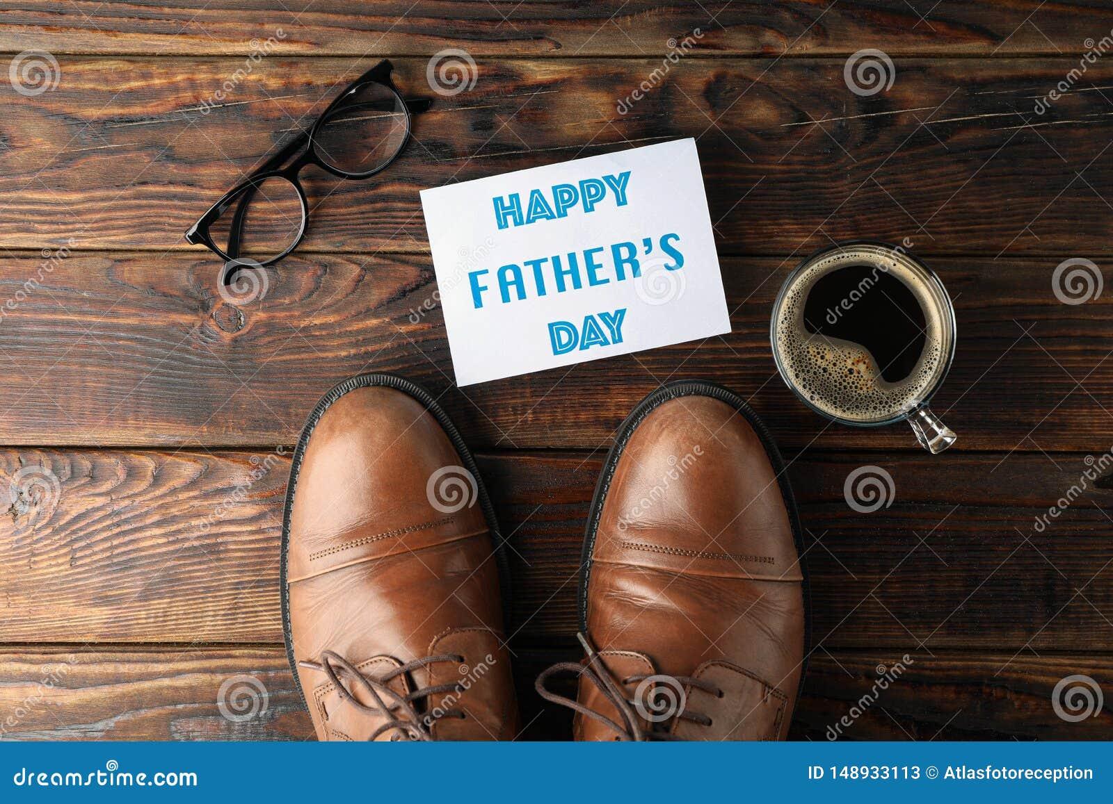 Bruine leerschoenen, dag van inschrijvings de gelukkige vaders, kop van koffie en glazen op houten achtergrond, ruimte voor tekst