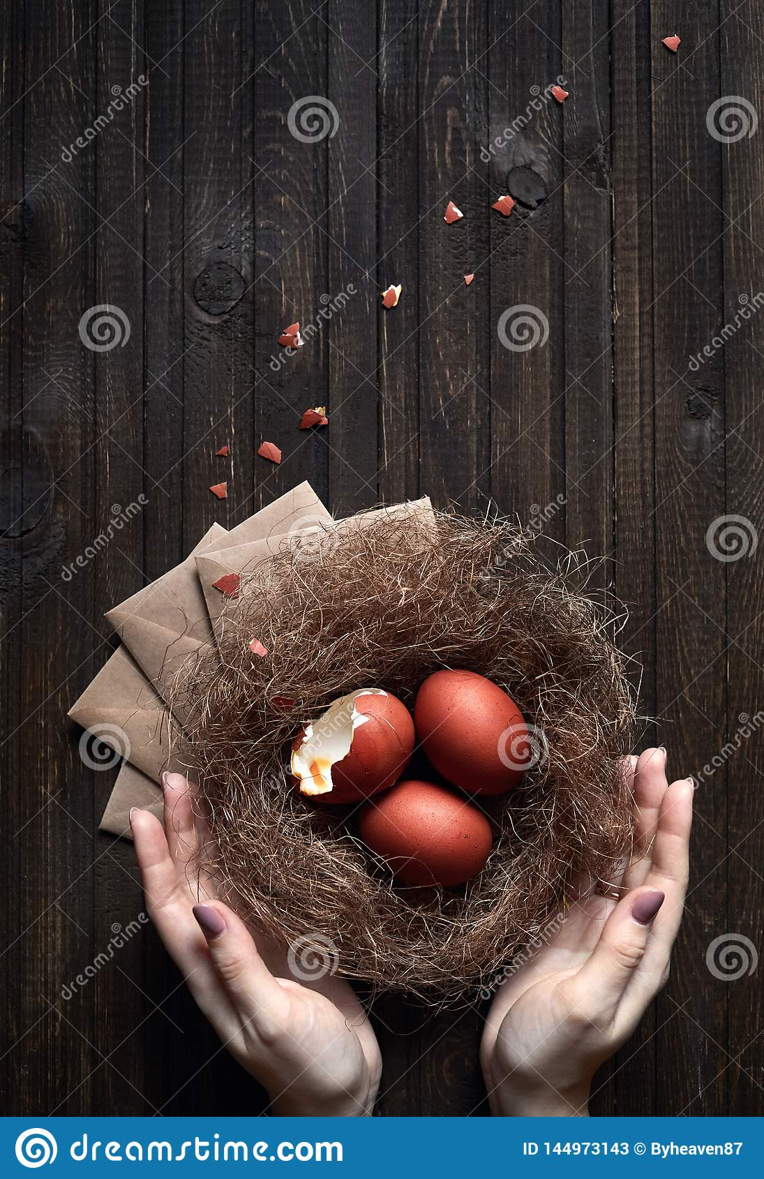 Bruine paaseieren in het nest
