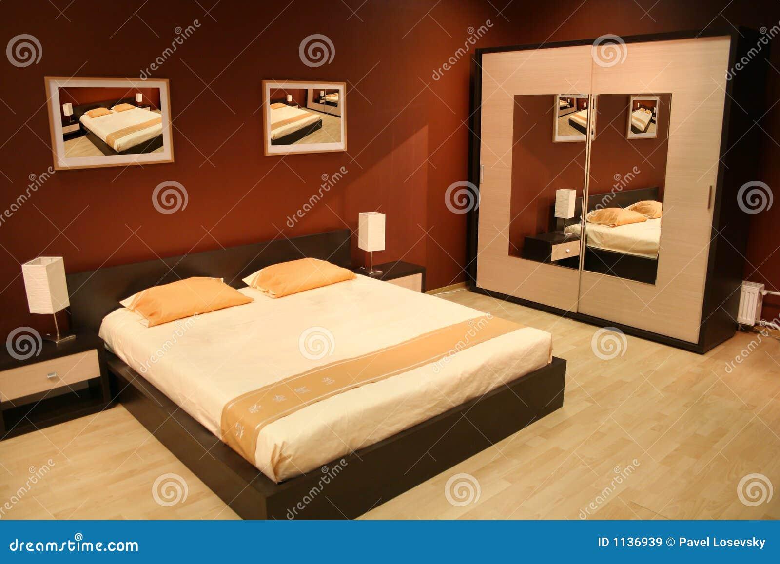 Bruine slaapkamer stock afbeelding. Afbeelding bestaande uit vrede ...