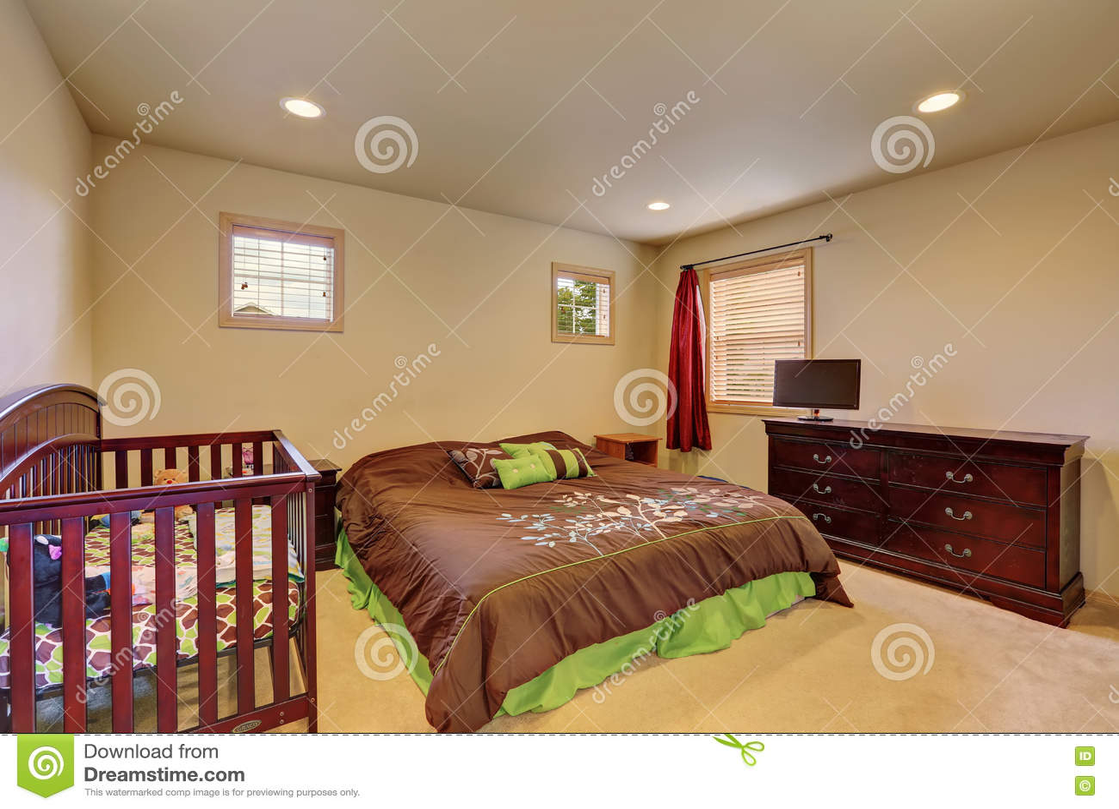 Ladenkast Voor Slaapkamer : Bruine slaapkamer met voederbak en uitstekende ladenkast stock