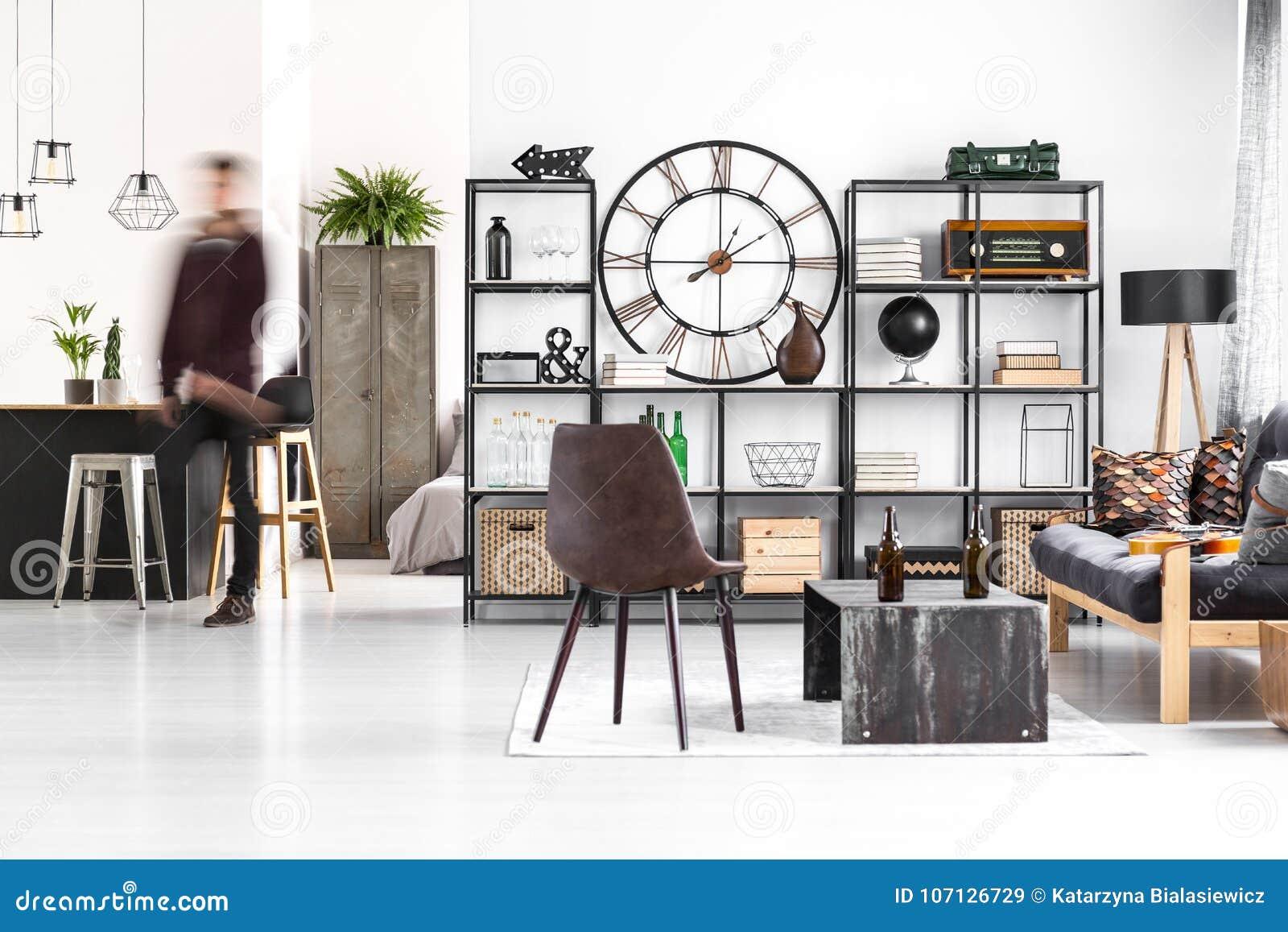Bruine stoel in kerel` s ruimte