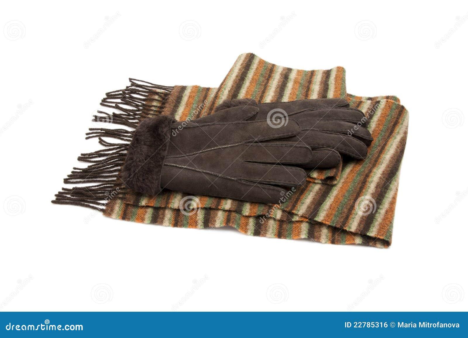 Bruine suèdehandschoenen en gestreepte wolsjaal