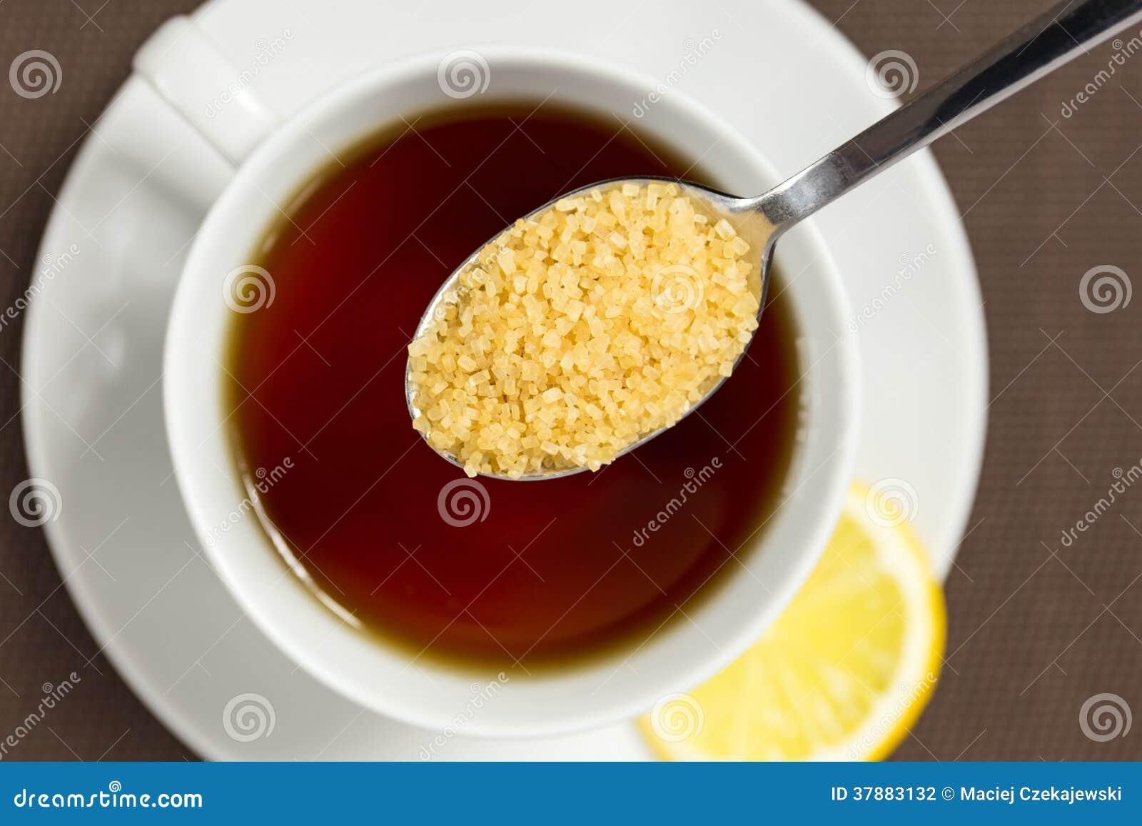 Bruine suiker en een kop thee