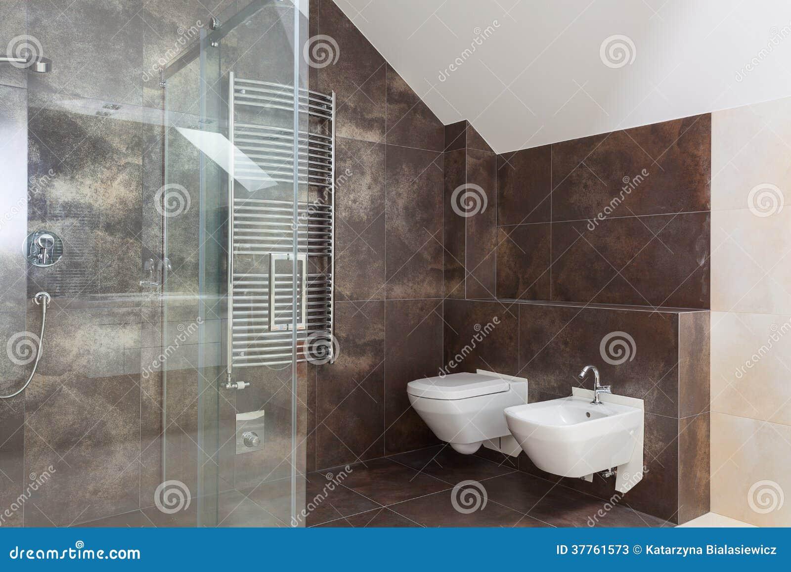 Bruine tegels in moderne badkamers stock afbeelding for Bruine tegels