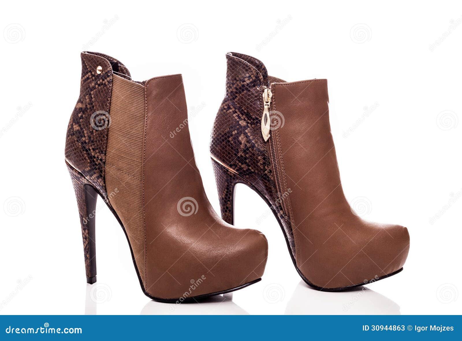 Bruine vrouwelijke high-heeled laarzen