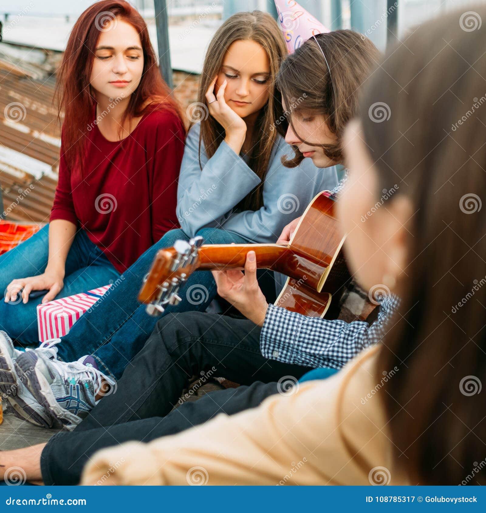 Bruit romantique de mode de vie de musique d art de guitare de jeu de garçon