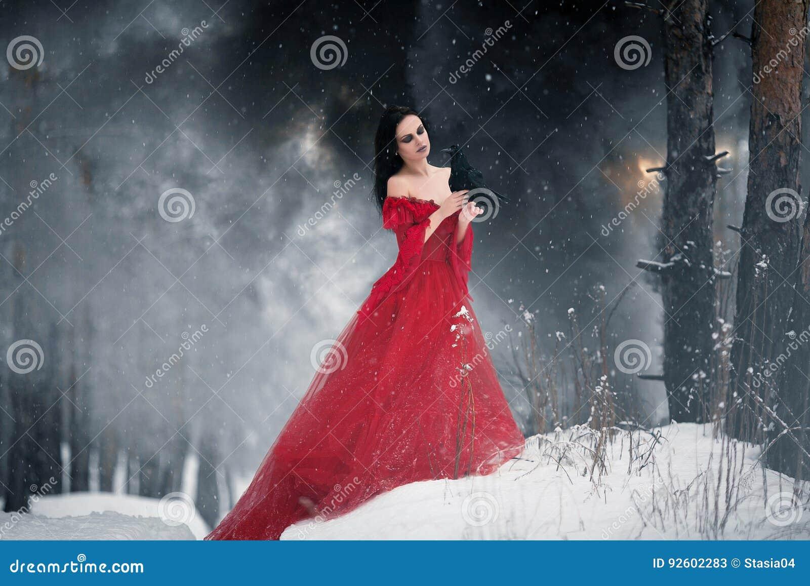 Bruja de la mujer en vestido rojo y con el cuervo en sus manos en las FO nevosas
