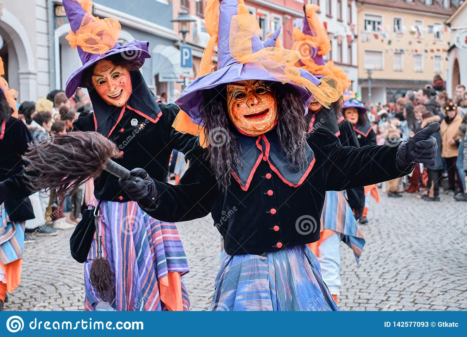 Bruja del carnaval con el sombrero grande