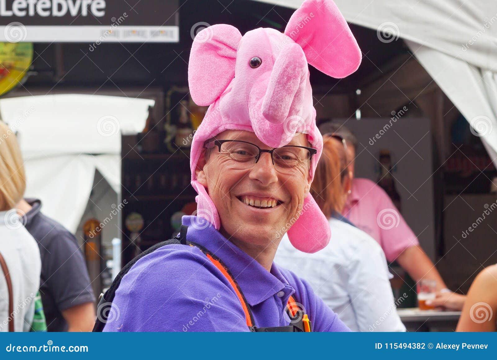 BRUKSELA BELGIA, WRZESIEŃ, - 07, 2014: Niewiadomy szczęśliwy mężczyzna w z delirium gatunku nakrętką w róża słonia kształcie