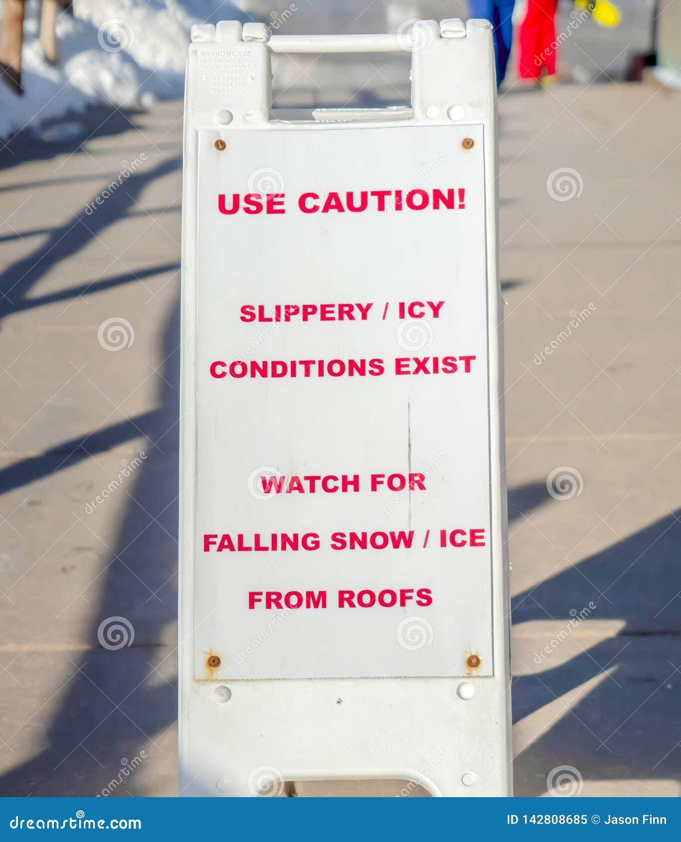 Bruksvarningstecken på ett snöig iskallt och halt område