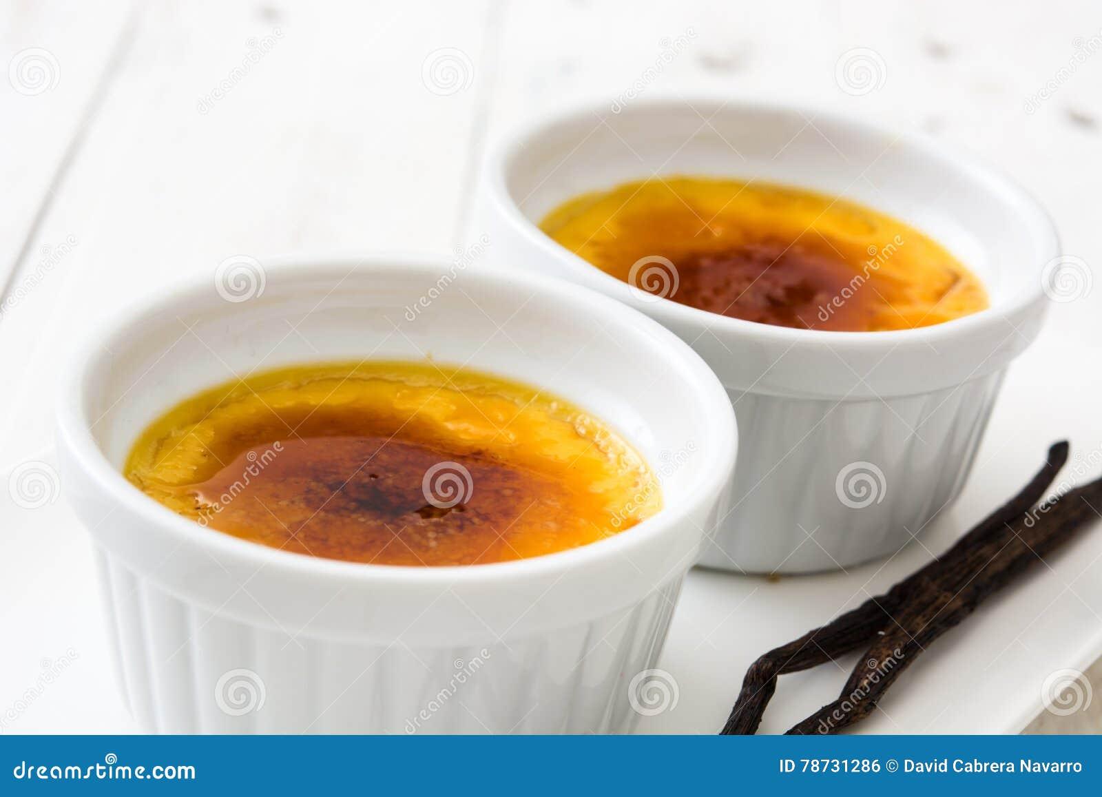 Brulee efterrätt för traditionell fransk kräm med caramelized socker överst