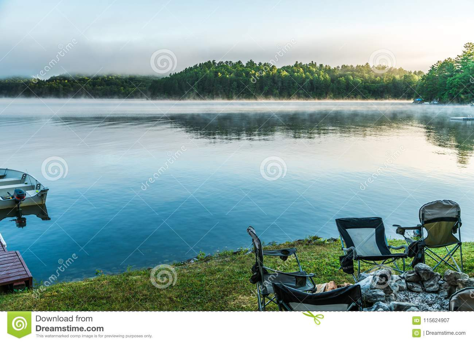 Brume de début de la matinée se soulevant du lac comme levers de soleil au-dessus de à