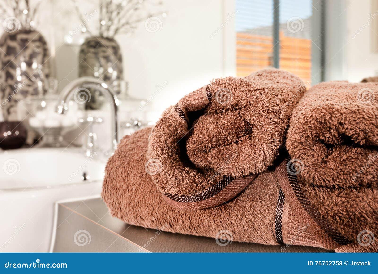 Brun färg, tjockt och ullhandduken på en räknareöverkant fokuserade med