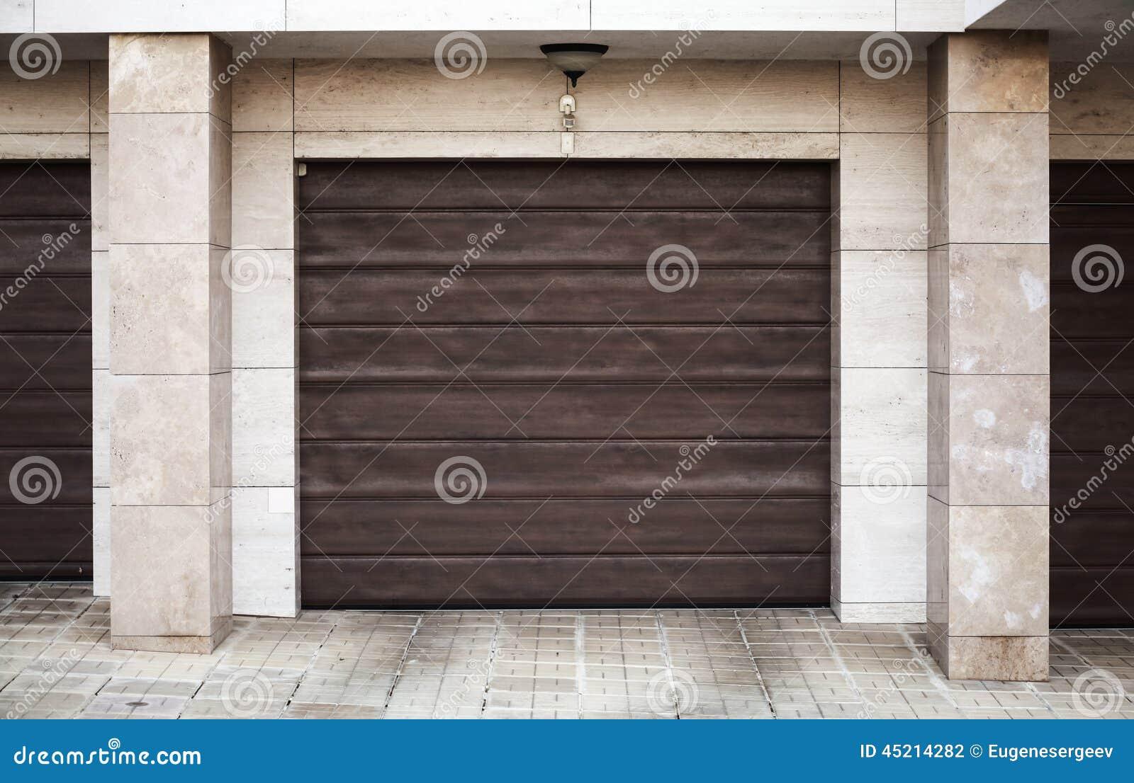 Brun garageport arkivfoto. Bild av utomhus, framdel, privat - 45214282