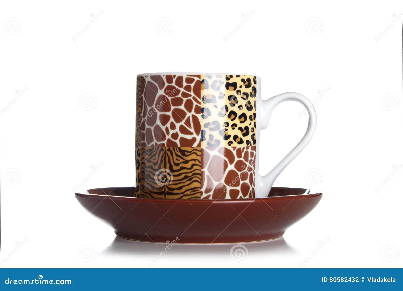 Brun kaffekopp på vit bakgrund med tigertrycket