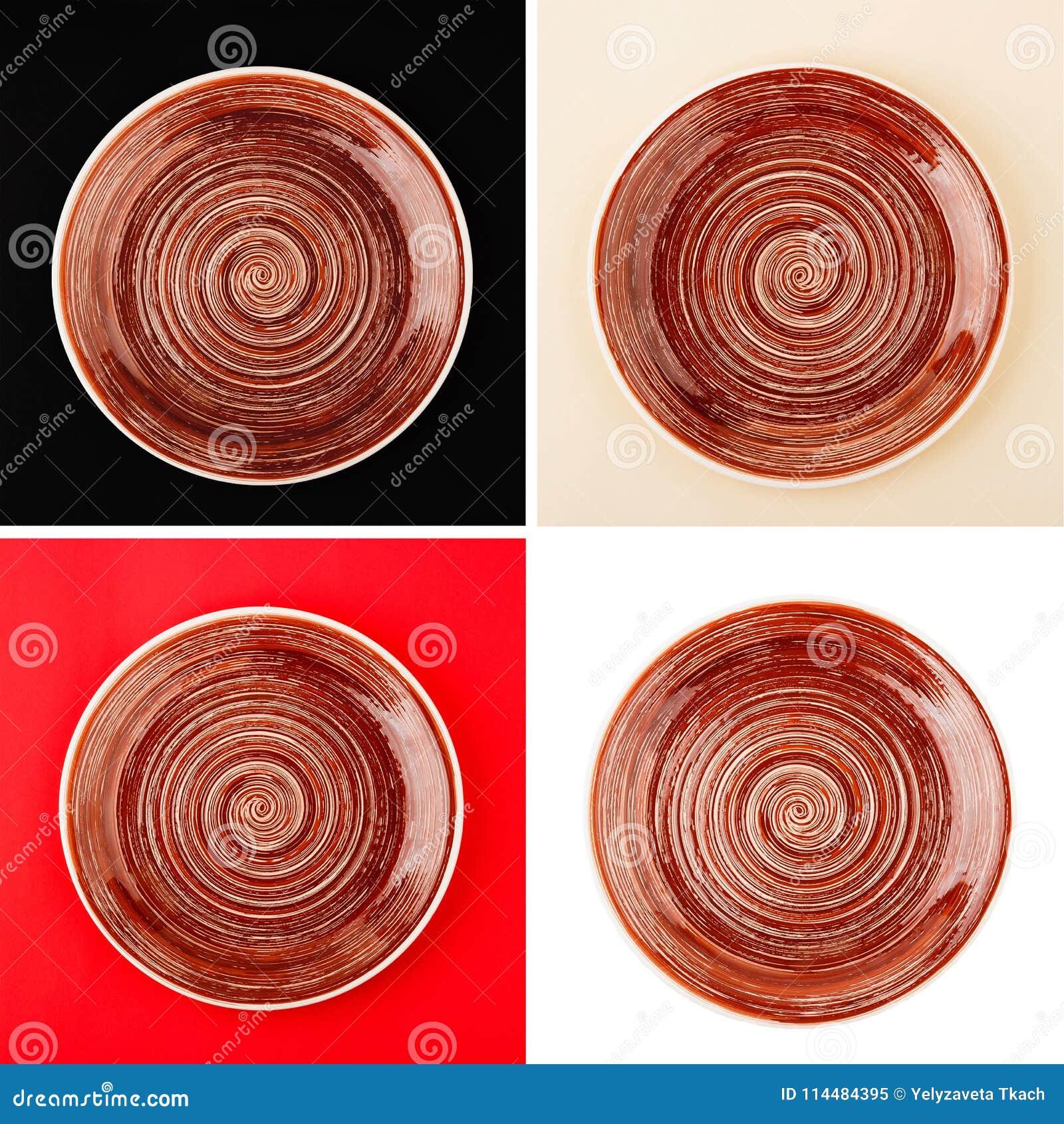 Brun rund keramisk platta med den spiral modellen