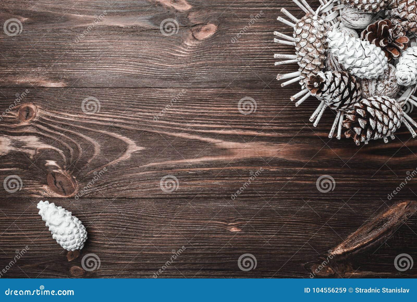 Brun wood bakgrund med textur Dekorativa grankottar Gemenskap, nytt år och Xmas