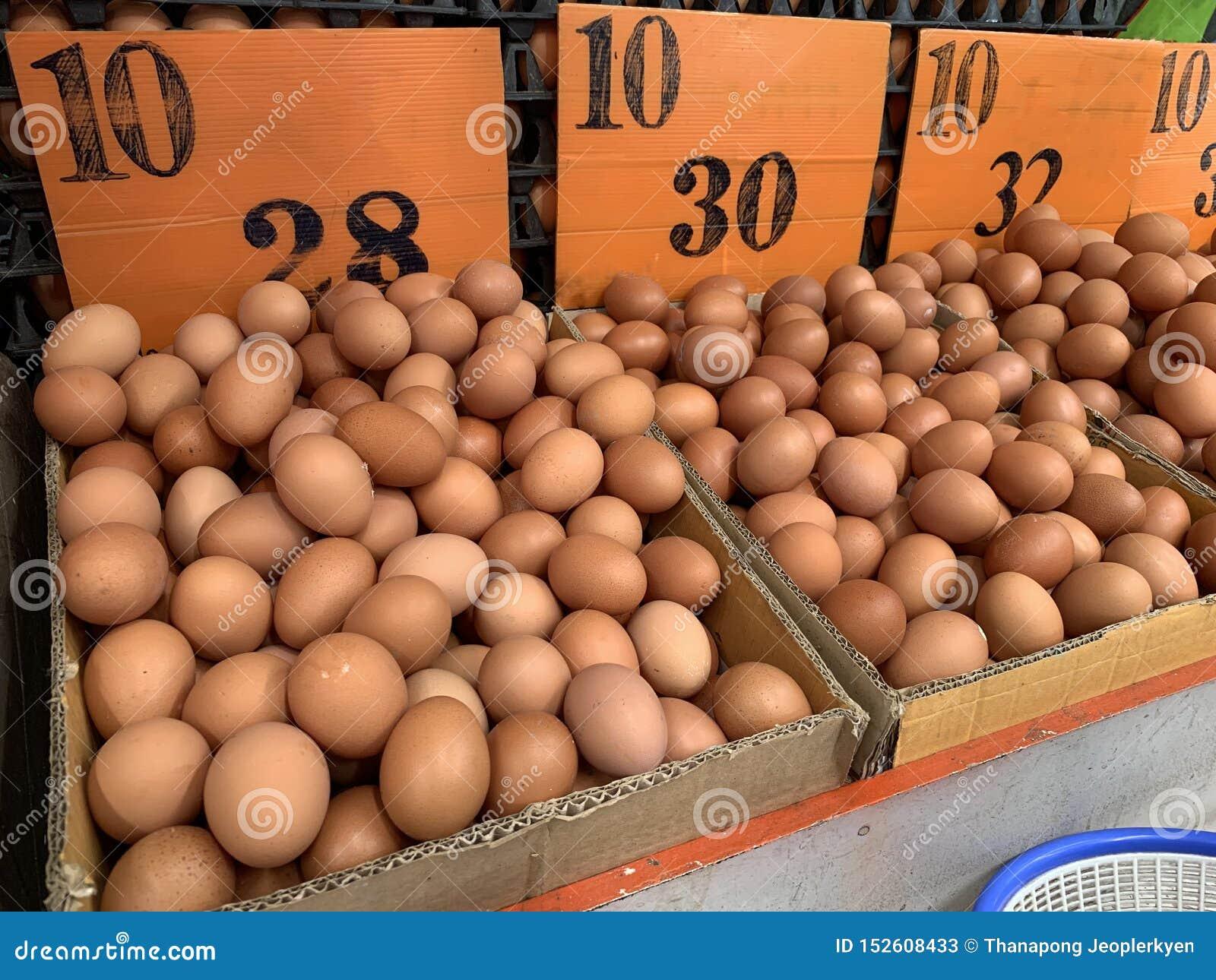 Bruna fega ägg i lådaasken som säljer i marknaden