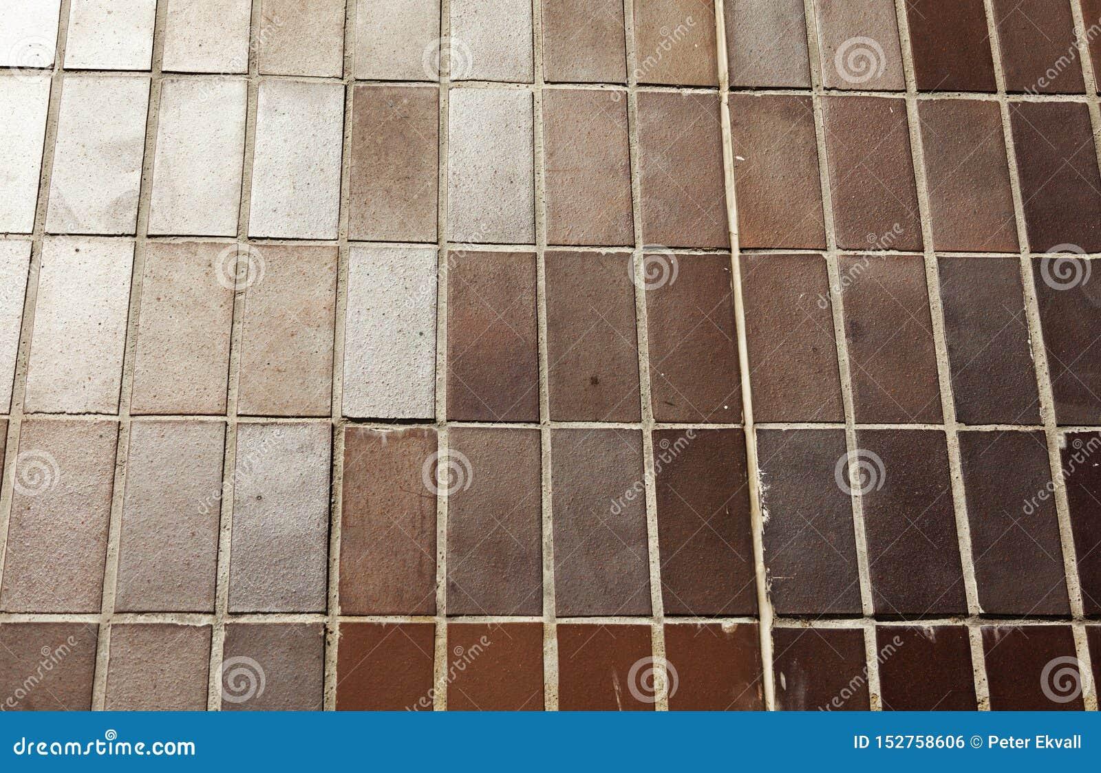 Bruna tegelplattor som monteras som väggen