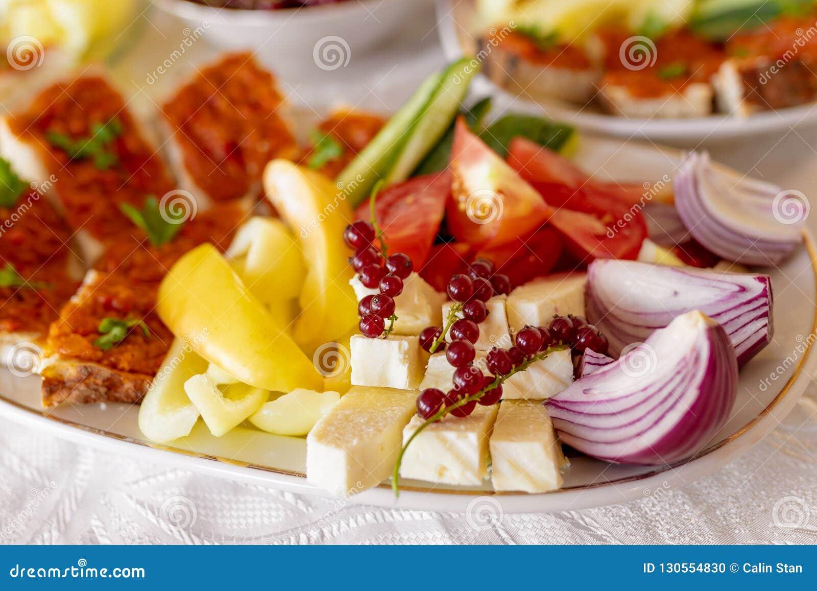 Brunch roumain traditionnel de plateau de nourriture avec les légumes o frais