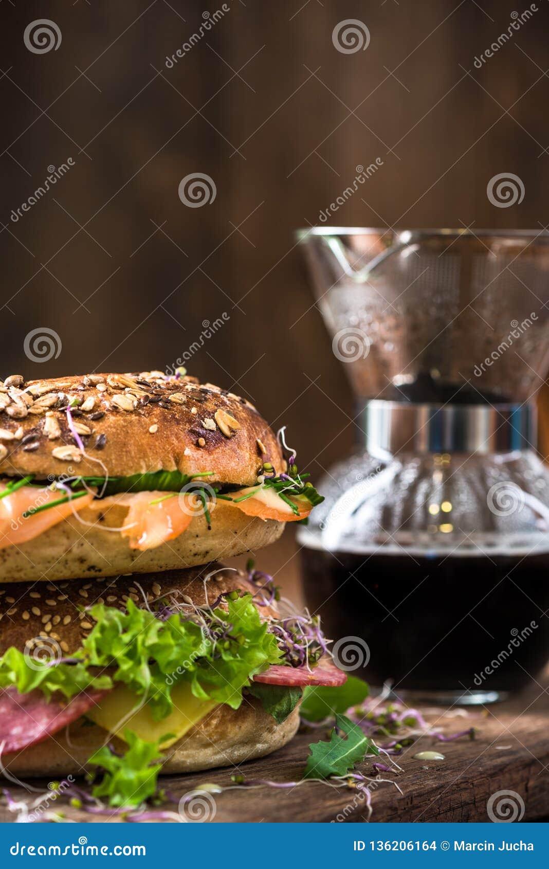 Brunch sain fait maison, bagels et café frais