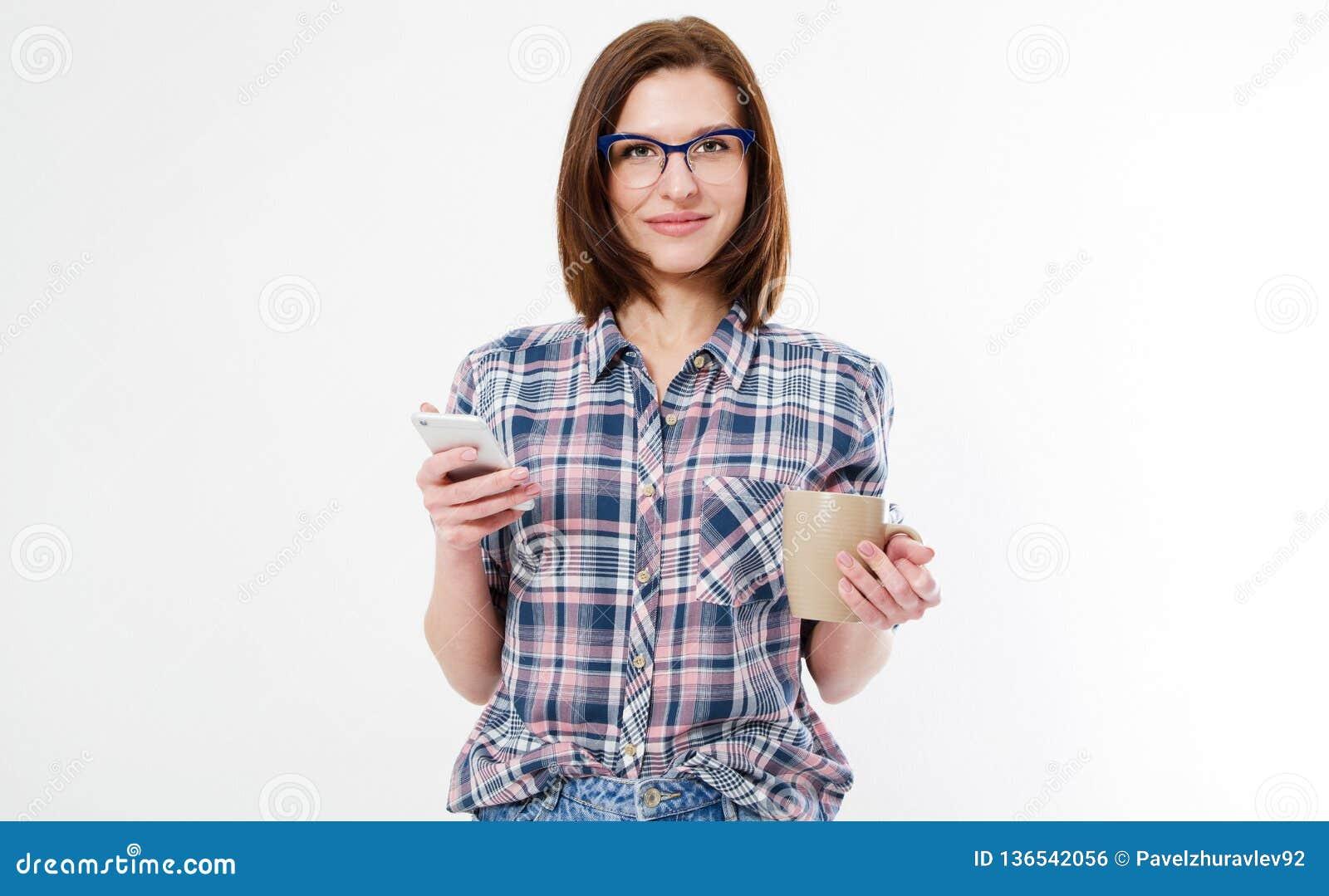 Brune attrayante en verres avec la tasse de café et de téléphones d isolement sur le fond blanc, femme moderne