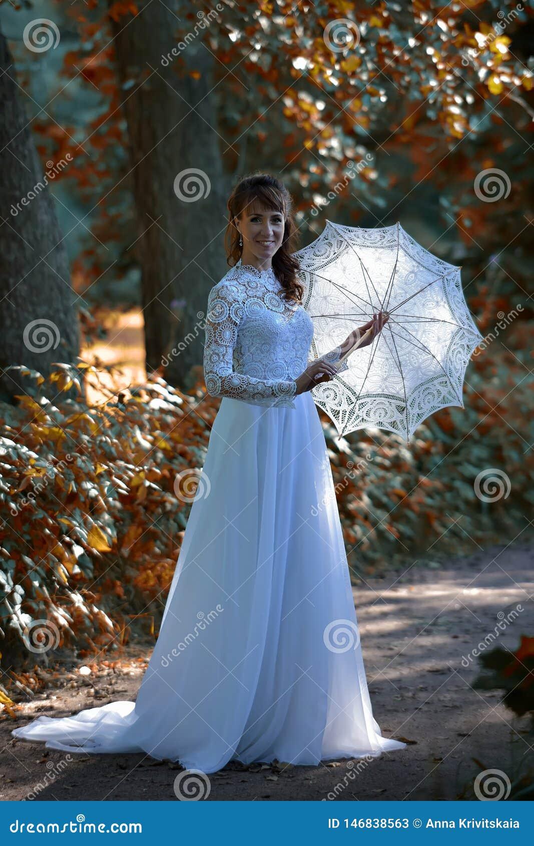 Brune ?l?gante dans une robe blanche de cru