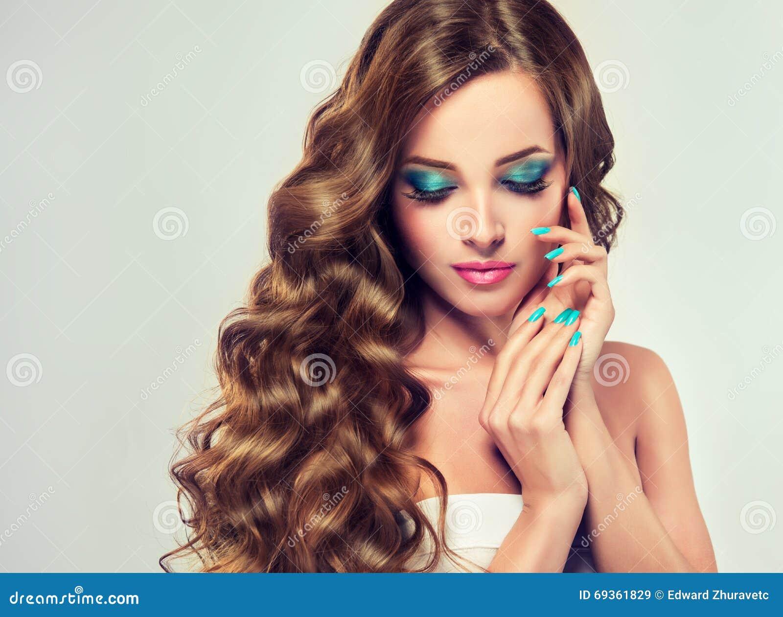 Brunetka z długim i bujny fryzującym włosy