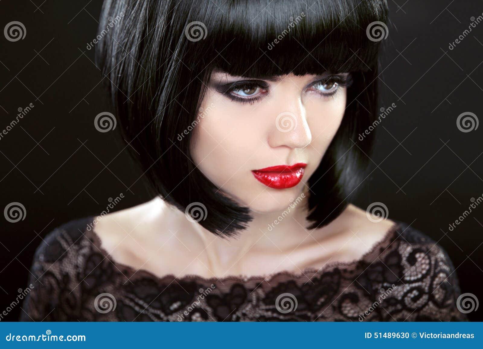 Brunetki kobieta Z Czarnym Krótkim włosy ostrzyżenia fryzury kraniec